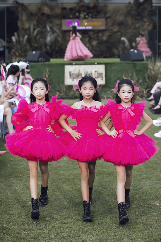 Gam hồng được biến đổi không ngừng với nhiều sắc độ để mang đến sự đa dạng cho tổng thể.