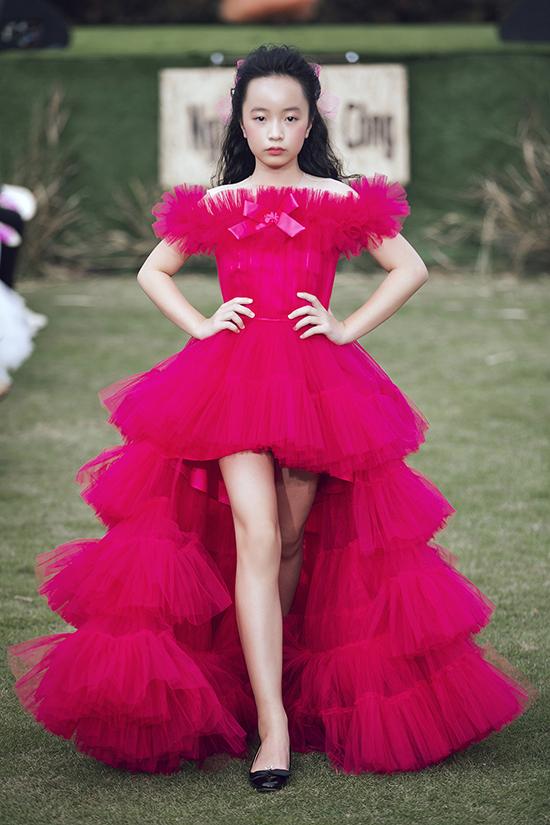 Váy đi tiệc cho thiếu nhi cũng được chăm chút tỉ mỉ ở các chi tiết trễ vai, chân váy mullet...
