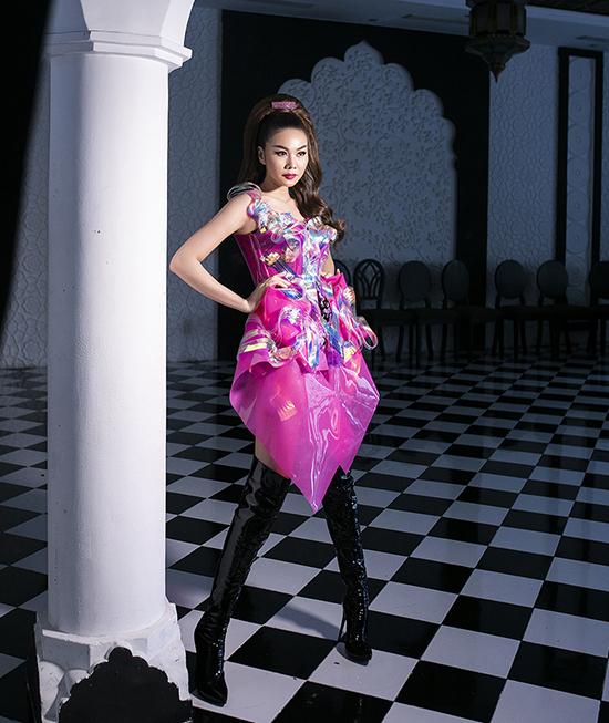 Siêu mẫu diện nguyên set hồng bắt mắt khi đảm nhận vai trò vedette cho màn giới thiệu bộ sưu tập của nhà thiết kế Phan Quốc An.
