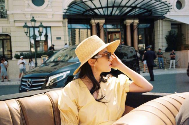 Trước đó, một số bằng chứng được đưa ra cho thấy Lưu Diệc Phi đang hẹn hò một chàng trai trẻ, chính là người chụp cho cô bộ ảnh ở Monaco này.