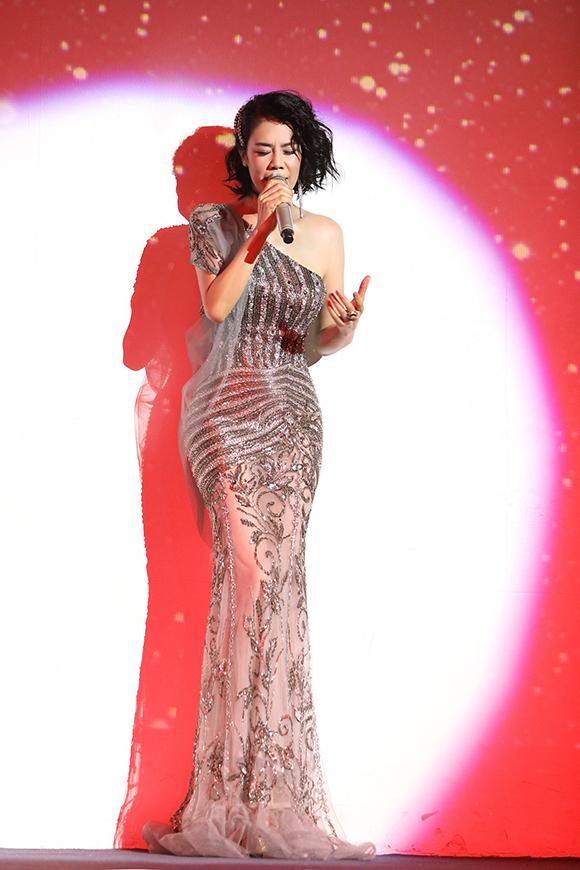 Nữ ca sĩ cảm thấy rất vui vì single Thời em đẹp nhất vừa ra mắt của mình được khán giả đón nhận nhiệt tình trên trang nghe nhạc trực tuyến.