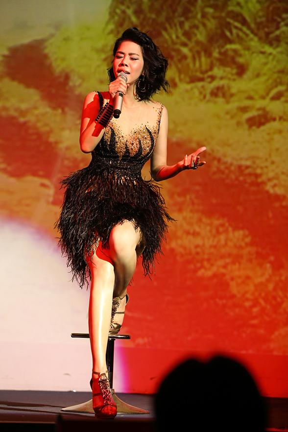 Trên sân khấu, Thu Phương thủ thỉ với khán giả về quãng thời gian đầy biến cố và chồng chất khó khăn. Cô chẳng biết làm gì để giải toả ngoài hát. Âm nhạc cũng mang đến cho cô sức mạnh để vượt qua mọi chuyện.