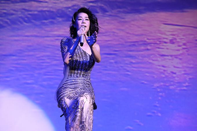 Vô số yêu cầu được gửi đến nữ ca sĩ như Hà Nội 12 mùa hoa, Không còn mùa thu, Thôi anh hãy về, Đêm nằm mơ phố... Ca khúc Thời em đẹp nhất và cũng là chủ đề của minishow cũng được khán giả đón nhận nhiệt tình.
