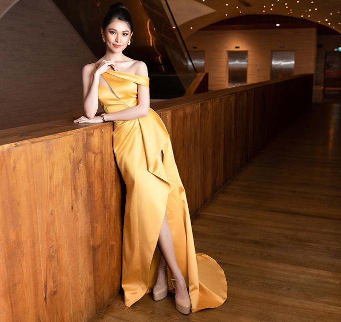 Á hậu Thùy Dung nổi bật với váy vàng cắt xẻ khéo léo tại sự kiện tối 16/7.