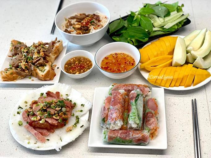 Những ngày cuối tuần, Phương thường đổi món cho gia đình với bánh hỏi thịt nướng, bún bò Huế, cá hồi sashimi, mỳ spaghetty hay nui đút lò phô mai...