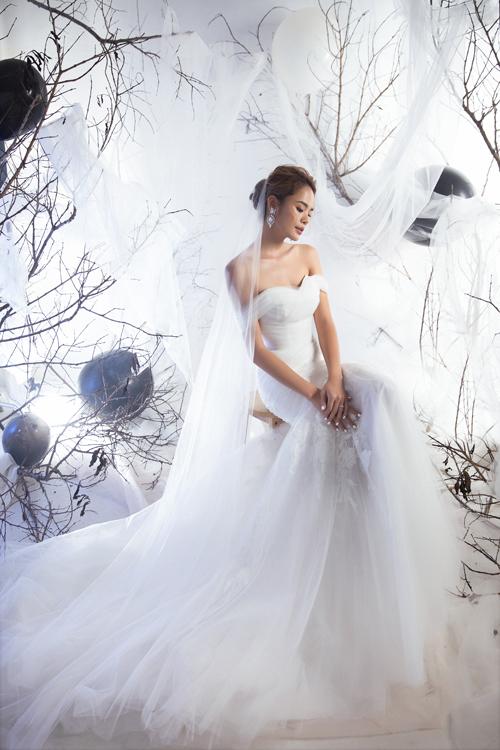 Thiết kế cổ tim tôn vẻ đẹp nơi vòng một đầy đặn, giúp cô dâu có vẻ ngoài gợi cảm, nữ tính.