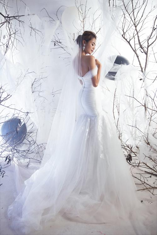 Phom dáng váy có sự gọn gàng theo xu hướng thời trang cưới hiện đại, giúp cô dâu di chuyển thuận tiện.