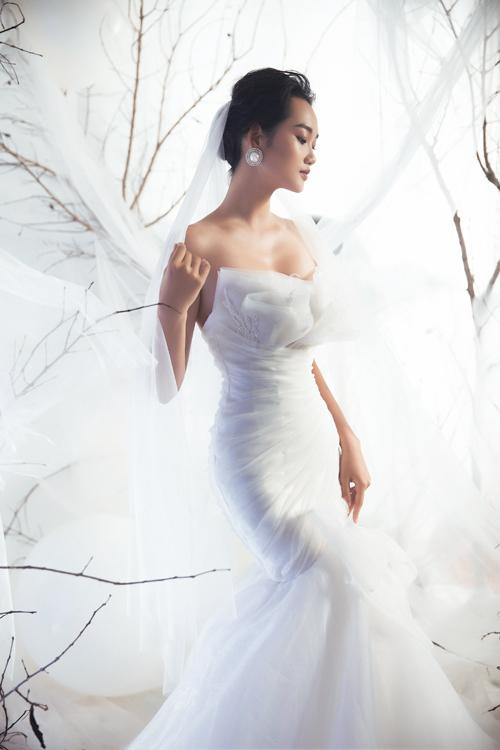 Bộ đầm đuôi cá cúp ngực giúp tôn dáng ngọc của cô dâu. Việc tạo điểm nhấn bằng chất liệu là cách được nhiều NTK ưa chuộng, giúp váy cưới có vẻ đẹp vượt thời gian.