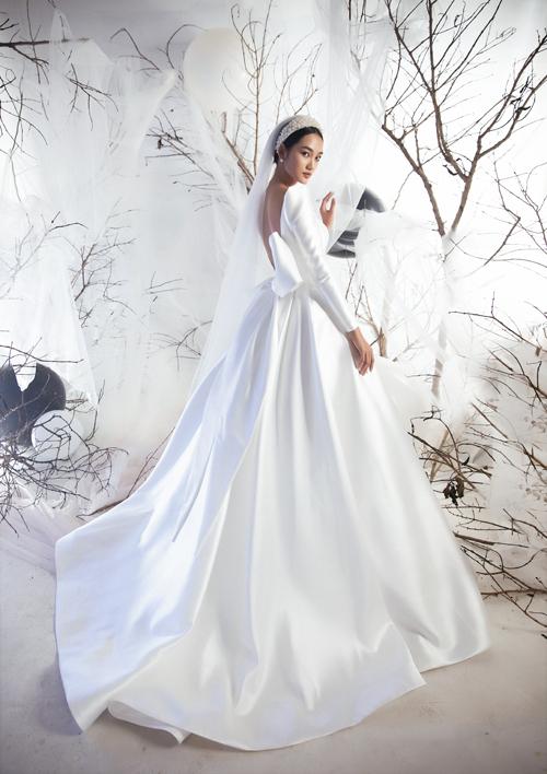 Tuy nhiên, khi chọn váy cưới từ chất liệu này, cô dâu cần tránh kiểu dáng rườm rà mà thiên về thiết kế đơn giản.