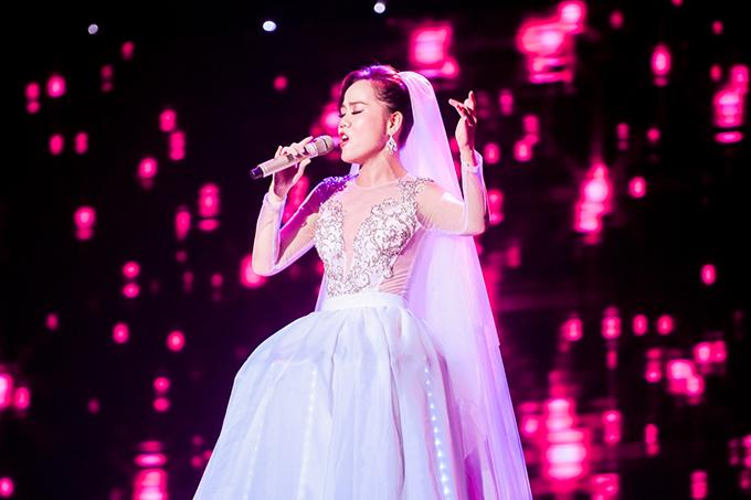 Sau đó, cô kết hợp với ca sĩ Opera Phạm Khánh Ngọc trong màn trình diễn Ave Maria - Take Me To The Church.