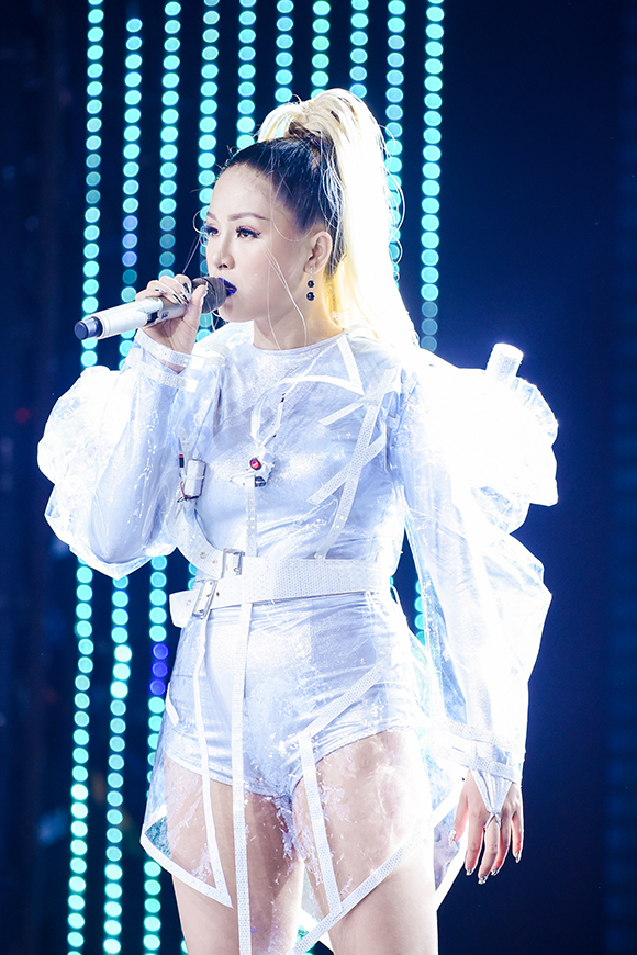 Học trò của Thanh Hà còn gây ấn tượng khi kết thúc chương trình bằng tiết mục được dàn dựng công phu khi song ca Ghen cùng ca sĩErik.