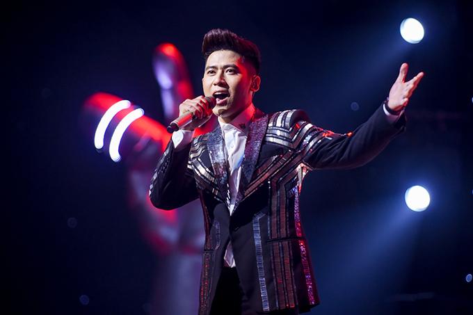 Hoàng Đức Thịnh mở đầu đêm chung kết với màn solo Tìm lại nhau của nhạc sĩ Lưu Thiên Hương. Anh chinh phục khán giả bằng chất giọng đầy nội lực.
