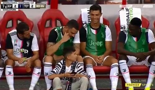 Cậu bé còn được ngồi trong khu kỹ thuật với các cầu thủ Juventus