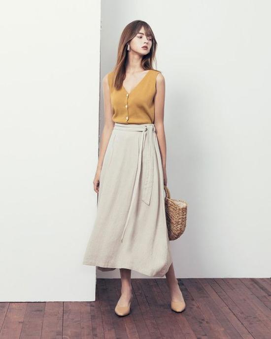 Túi dây đan lục bình thường có màu trắng ngà tự nhiên, vì thế chúng không khó phối đồ. Váy áo đơn sắc hay những bộ cánh họa tiết đều dễ dàng tạo nên sự liên kết chặt chẽ.