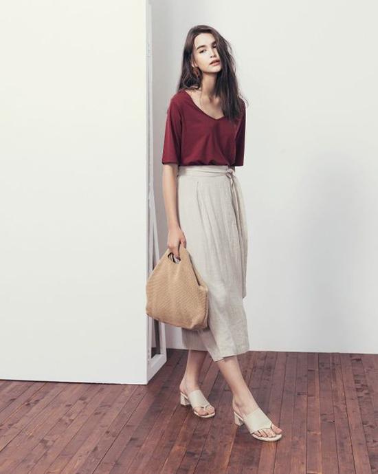 Túi vải bố phom lớn có thể mix cùng jeans đi kèm áo thun ôm hay các mẫu sơ mi, áo thunmặc chung với chân váy lụa, váy linen.
