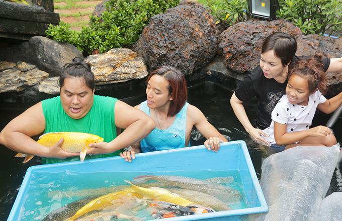 [Caption] Mới đây, để thỏa niềm đam mê và sự yêu thích của mình, diễn viên Hoàng Mập đã xây dựng hồ cá Koi trên 1 tỉ đồng chưa tính cá thả xuống. Điều đặc biệt, mỗi con cá Koi anh đều đặt từ Nhật về, 36 chú cá Koi đều mang tên một nghệ sĩ thân thiết với nam diễn viên như NSUT Hoài Linh, Chí Tài, Huy Khánh, Ngọc Lan, Chí Dũng, Thùy Trang...  Đến thả cá cùng gia đình Hoàng Mập, có vợ chồng nghệ sĩ Việt Hương cùng Huỳnh Thảo Trang và Khánh Trinh. Tất cả mọi người đều thích thú khi được đặt tên con cá mà mình yêu thích tại hồ cá của nhà Hoàng Mập.  Theo chia sẻ của chuyên gia cá Koi Hoàng Li Lê, chi phí hoàn công hồ cá Koi của diễn viên có giá trị lên đến 5 tỷ đồng.