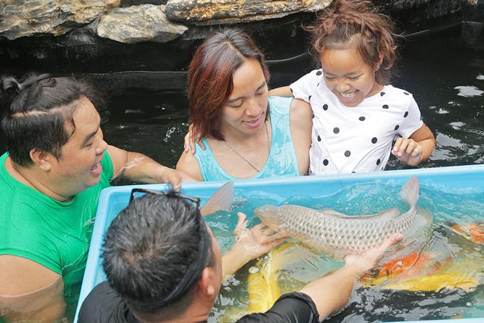 Bé Elyza thích thú khi được bố bếxem những con cá đủ màu sắc.