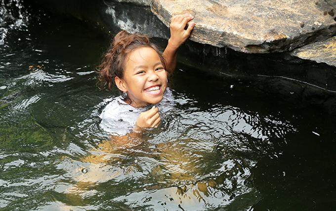 Con gái 9 tuổi là niềm tự hào của Việt Hương và ông xã. Bé hiện sống ở Mỹ, luôn đạt thành tích học tập giỏi và mới giành huy chương đồng môn wushu.