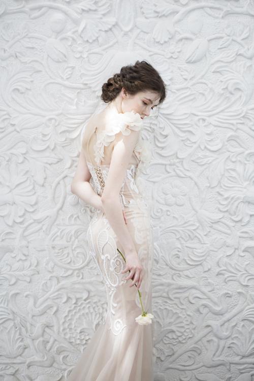 Phía sau lưng váy cũng được chú trọng, giúp níu giữ ánh nhìn của người đối diện.