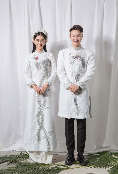 2. Áo dài trắng hình rồng, phượng hoàngPhiên bản áo trắng giúp cô dâu chú rể mở rộng sự lựa chọn cho ngày đại hỷ diễn ra vào mùa hè, thu. Mẫu áo cótông chủ đạo trắng và ghi, giúp người diện có sự thanh lịch mà vẫn nổi bật.