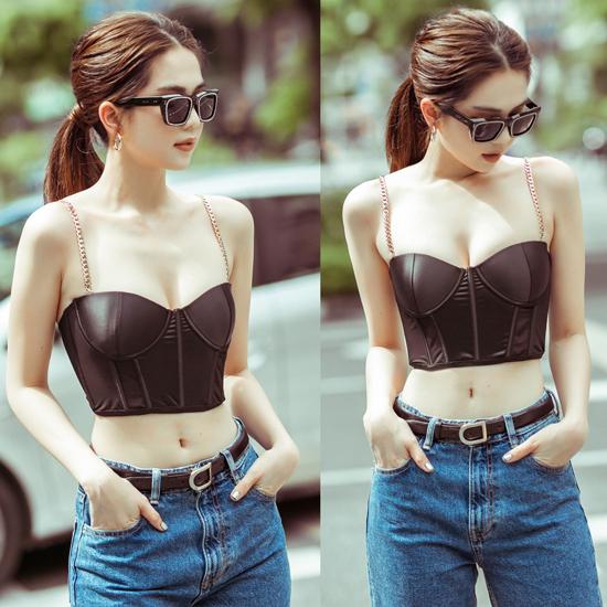 Là một người đẹp mê phong cách gợi cảm, do đó Ngọc Trinh cũng nhanh chóng chọn lựa các mẫu áo corset thời thượng để chưng diện và chụp ảnh street style.