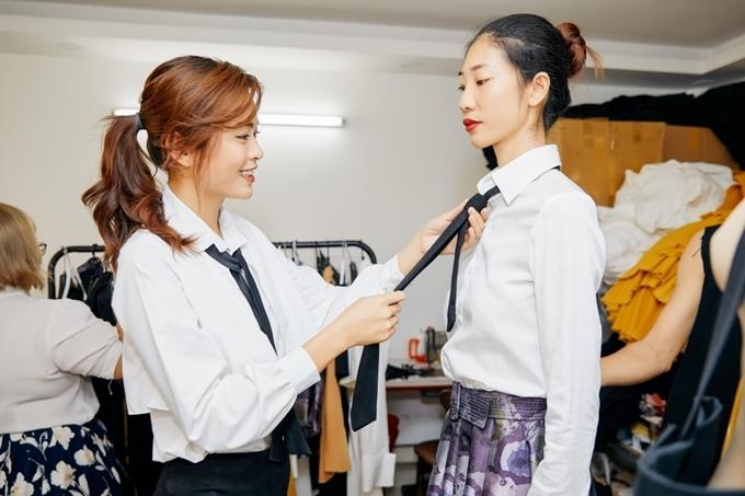 Mâu Thủy (trái) chuẩn bị ra mắt bộ sưu tập đầu tay The golden women. Cô cùng các người mẫu tất bật thử và chọn trang phục cho show diễn.