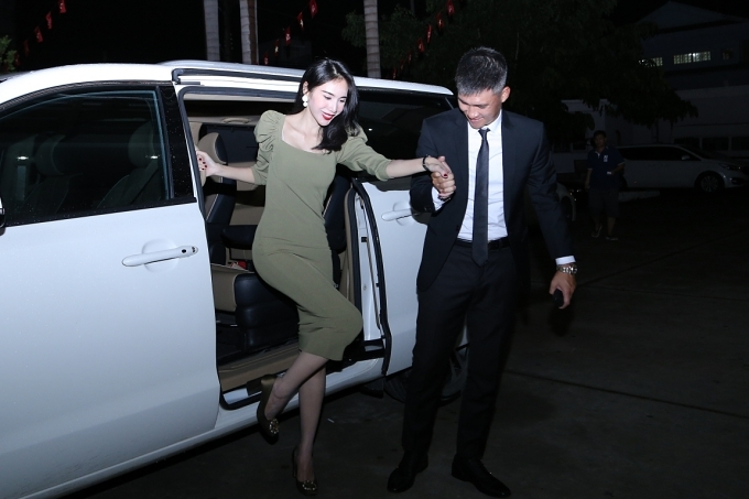 Công Vinh - Thủy Tiên là khách mời của tập 2 chương trình Tường lửa vừa phát sóng tối 25/7 trên kênh VTV3. Cựu cầu thủ ân cần dìu bà xã bước xuống xe.