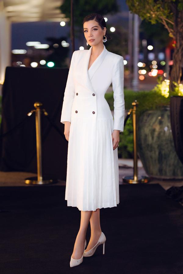 Vũ Cẩm Nhung mặc trang phục, phụ kiện ton-sur-ton thanh lịch đi event. Ở tuổi 43, cựu siêu mẫu vẫn giữ được vóc dáng thon thả, thần thái kiêu sa, thu hút.