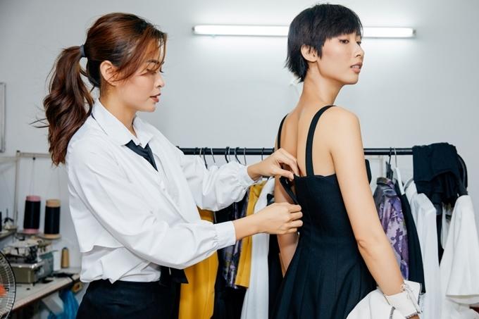 Mâu Thủy tự tay cân chỉnh trang phục cho từng người mẫu.