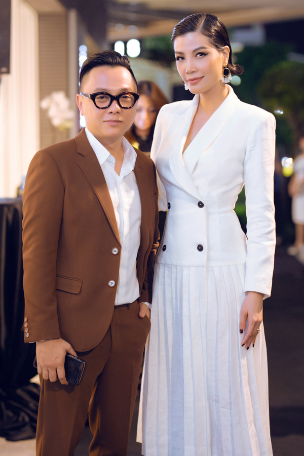Nhà thiết kế Công Trí mặc lịch lãm dự sự kiện. Anh vui khi gặp lại người mẫu nổi tiếng một thời.