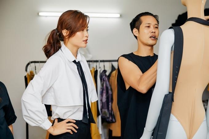 Mâu Thủy kết hợp nhà thiết kế Phi Phạm (phải) trong lần đầu lấn sân thiết kế thời trang. Cả hai lên ý tưởng và thực hiện bộ sưu tập trong vòng 4 tháng.