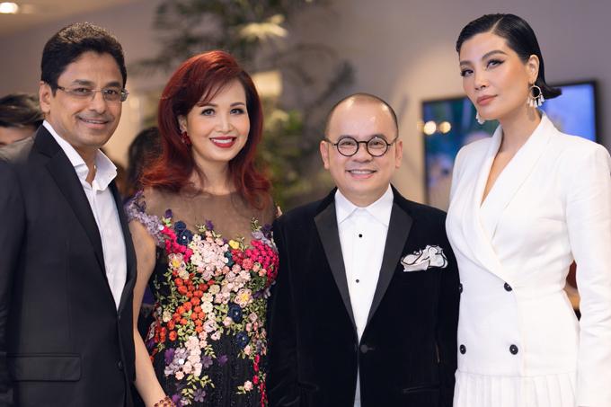Các nghệ sĩ đến ủng hộ doanh nhân Dương Quốc Nam (thứ hai từ phải qua)đưacác sản phẩmnội thất nhập khẩu từ Italy về Việt Nam.