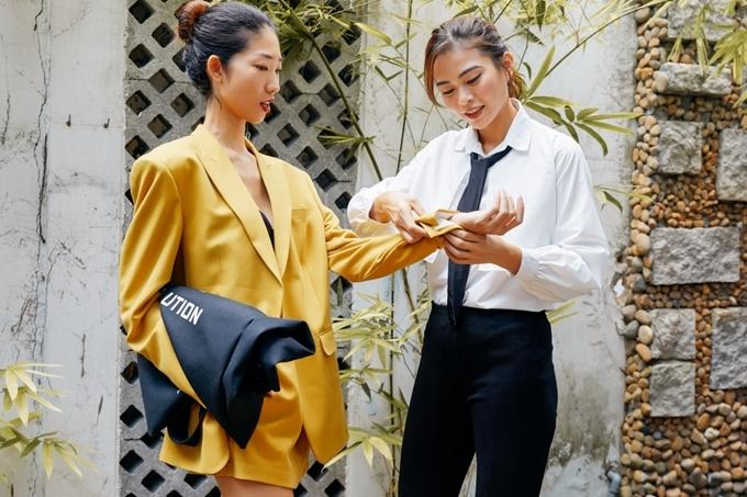Bộ sưu tập sử dụng chất liệu vải thân thiện với môi trường. Thông điệp Less plastic - Bảo vệ môi trường cũng sẽ thể hiện trực tiếp trên trang phục.