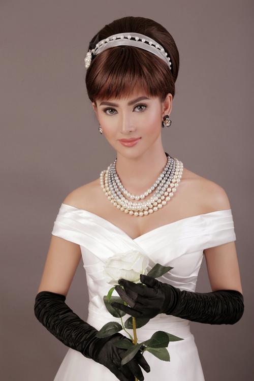 Sự thơ ngây xen lẫn thanh cao của nữ minh tinh được tái hiện qua bàn taycủa chuyên gia trang điểmHồ Khanh. Audrey Hepburn chuộng lối trang điểm với nền mỏng nhẹ, tập trung vào đôi mắt to tròn long lanh.