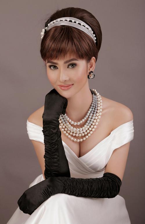 Mái tóc được buộc gọn gàng, phần mái xéo đặc trưng là điểm nhấn trong phong cách của Audrey Hepburn.
