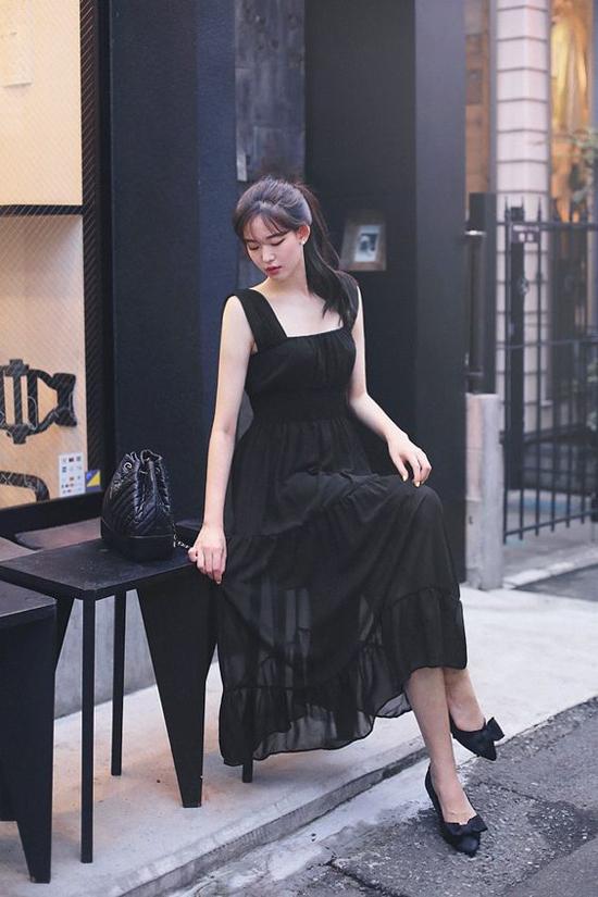 Váy voan lụa, lụa mỏng tông đen vẫn có thể tôn nét dịu dàng và thanh lịch cho phái đẹp không thua kém các mẫu đầm in hoa.