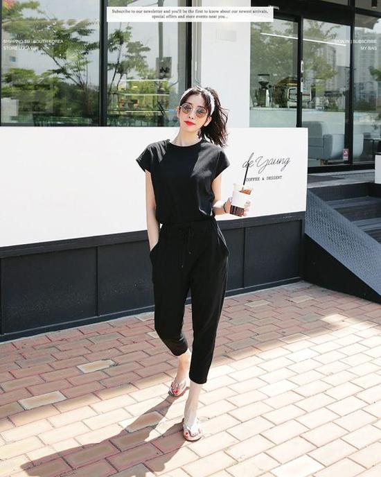Trang phục đen không chỉ là món đồ giúp các nàng tròn trịa dấu dáng hiệu quả. Nó còn là tông màu phổ biến bởi tính tiện lợi cao trong việc mix-match đồ hàng ngày.