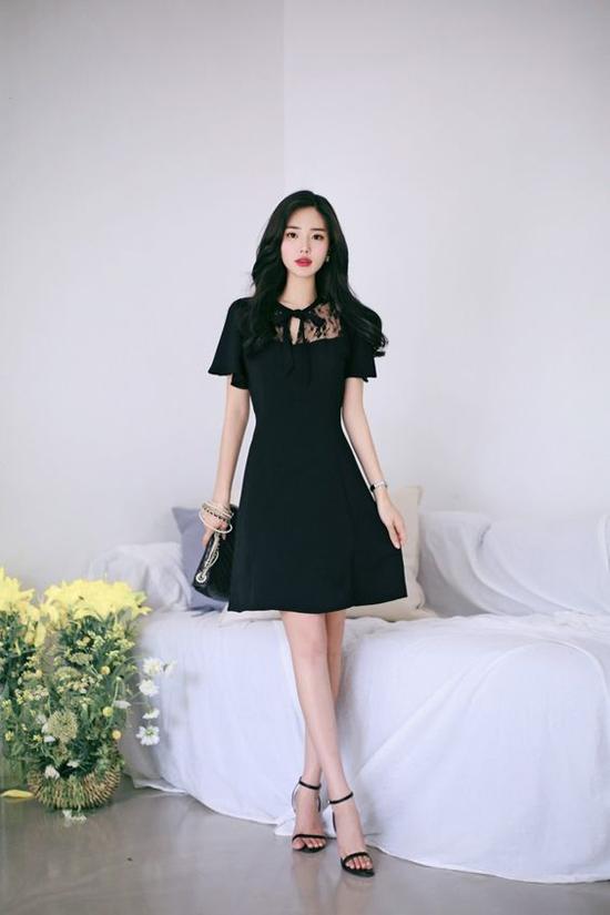 Dáng váy cao qua gối, đường may siết nhẹ vòng eo luôn mang đến các kiểu đầm trang nhã cho phái đẹp.