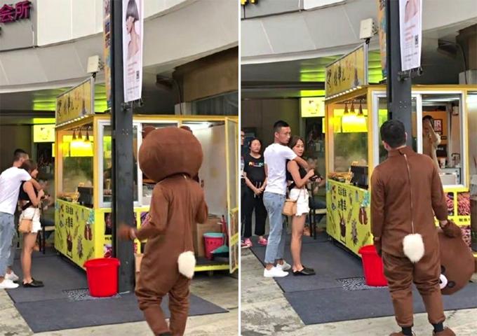 Chàng trai mặc bộ đồ gấu bông sững người khi thấy bạn gái được một người khác ôm ấp giữa đường ở Nhật Bản hôm 19/7. Ảnh: Twitter.