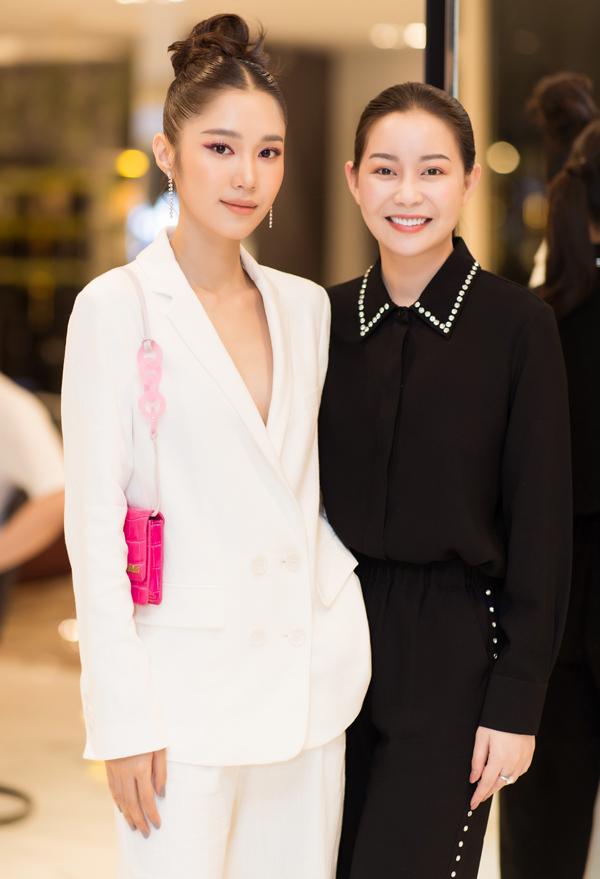 Hoa hậu Áo dài Hải Dương chuộng phong cách đơn giản, kín đáo. Cô rạng rỡ chụp ảnh cùng Quỳnh Hương tại sự kiện.