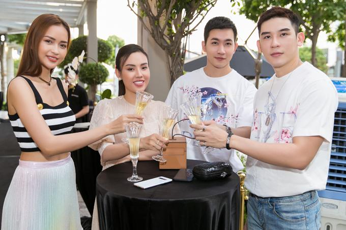 Hoa hậu Siêu quốc gia Việt Nam Ngọc Châu khoe khóe eo thon với áo crop-top. Sự kiện còn có Á hậu Áo dài 2016 Mai Quỳnh (thứ hai từ trái qua), diễn viên Võ Cảnh (thứ hai từ phải qua) và ca sĩ, người mẫu Minh Trung (ngoài cùng bên phải) tham dự.
