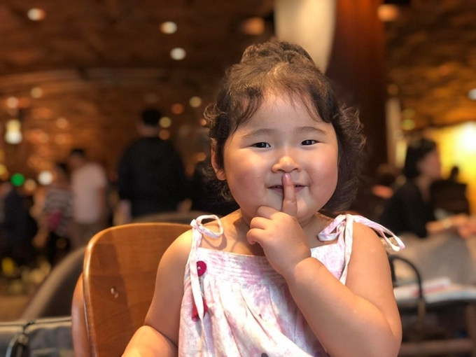 Con gái út của Hương Giang được nhận xét bụ bẫm. Hoa hậu không bao giờ lo cân nặng và chiều cao của Polar vì bé vẫn phát triển đúng thang tiêu chuẩn của tổ chức y tế thế giới.
