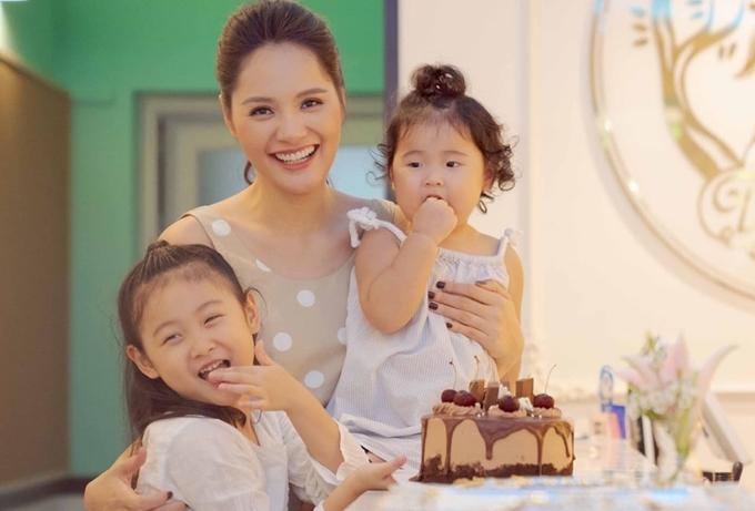 Hương Giang cho biết, Polar mới ba tuổi đã nói được ba ngôn ngữ. Bé dùng thành thạo tiếng Việt và tiếng Trung, giao tiếp tiếng Anh bằng những câu cơ bản.