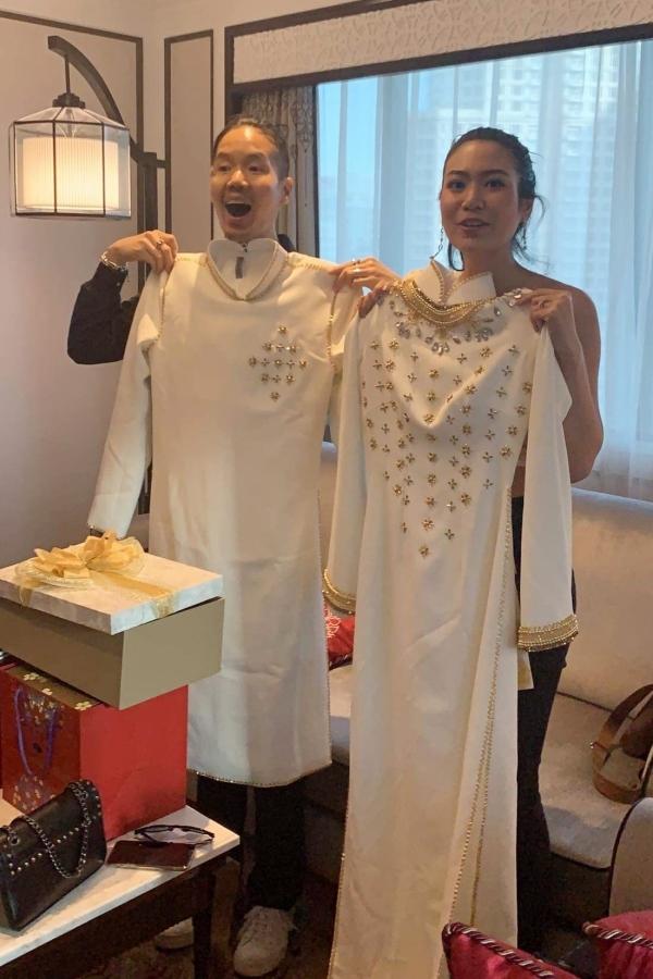 HHen Niê và stylist Trần Đạt chuẩn bị hai bộ áo dài làm quà tặng cho vợ chồng Hoa hậu Thái Lan.