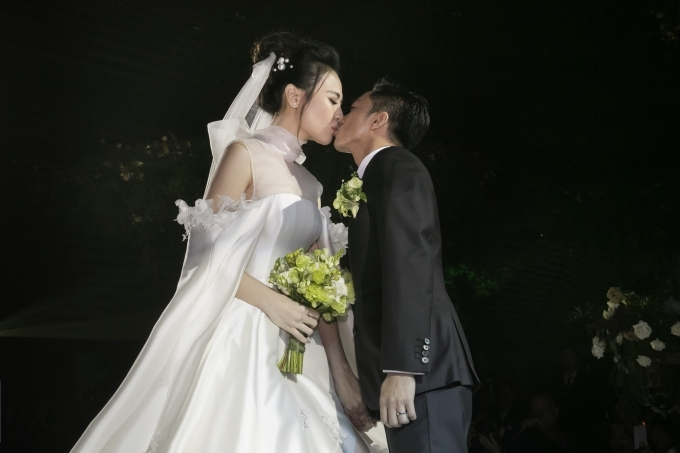 Cường Đôla liên tục hôn vợ Đàm Thu Trang trong tiệc cưới - 4