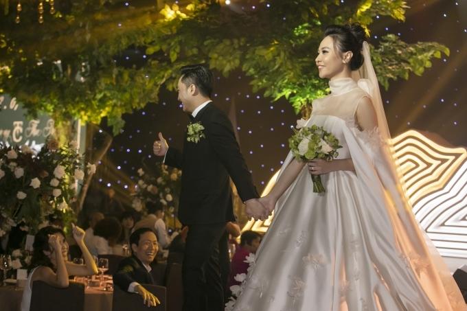 Cường Đôla liên tục hôn vợ Đàm Thu Trang trong tiệc cưới - 5