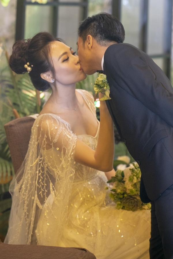 Cường Đôla liên tục hôn vợ Đàm Thu Trang trong tiệc cưới - 7