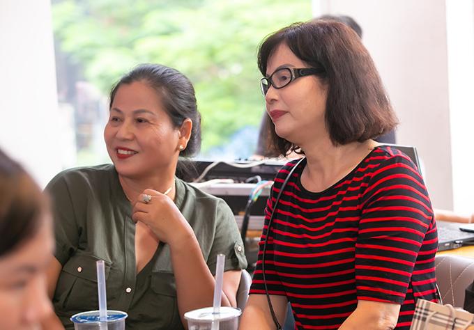 Mẹ và dì của Lan Phương ngồi ở dưới theo dõi nữ diễn viên. Cô luôn được gia đình ủng hộ trong mọi quyết định. Mẹ cô hiện ở Hà Nội để giúp con gái chăm sóc cháu ngoại. Gia đình Lan Phưng vừa trở về từ chuyến thăm Australia giữa tháng 7.