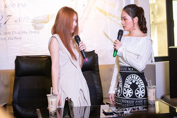 Là tình địch ở trong phim nhưng ngoài đời, Lan Phương và Quỳnh Kool có mối quan hệ rất tốt đẹp. Đó cũng là lý do Quỳnh Kool có mặt tại buổi họp fan của Lan Phương để ủng hộ đàn chị.