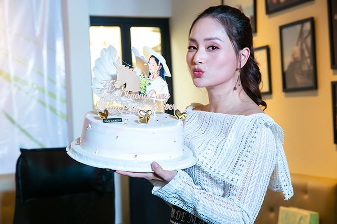 Tại buổi họp fan, cô còn bất ngờ khi được người hâm mộ trong FC ặng cho chiếc bánh kem in hình Pony. Lý giải về điều này, fan của Lan Phương cho biết cô chính là Pony Queen trong lòng họ.